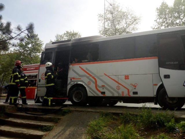 Park halinde yanan servis midibüsü kullanılmaz hale geldi