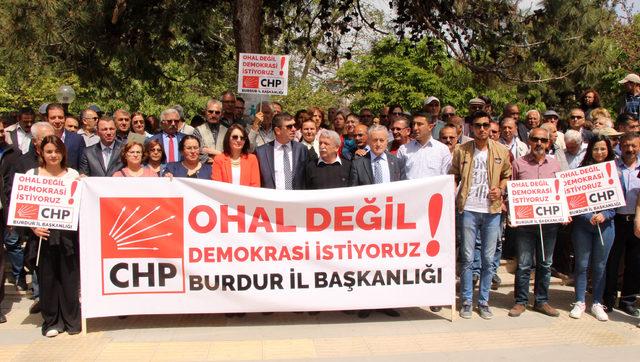 Burdur'da CHP'lilerden OHAL'e karşı oturma eylemi