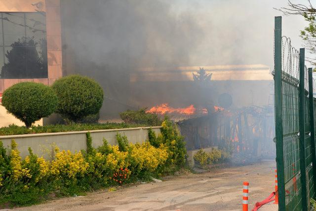 Lokanta ile yangına müdahale eden itfaiye aracı yandı