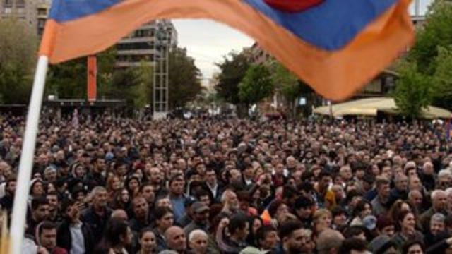 Ermenistan'da 'Eski Başkan Sarkisyan Başbakan olmasın' diyen binlerce kişi sokaklara döküldü