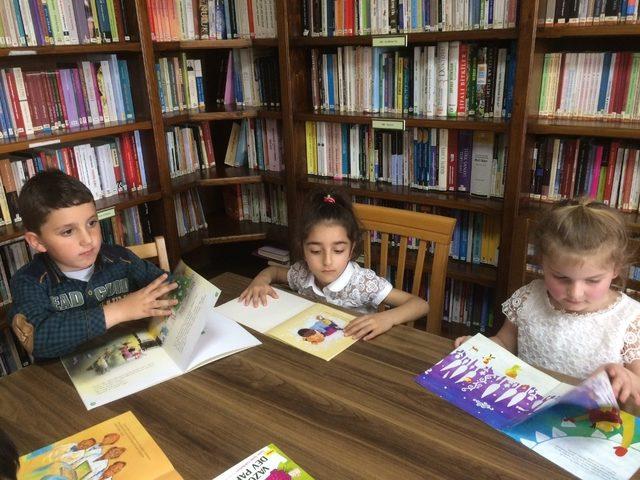 Minik öğrenciler kütüphane ile tanıştı