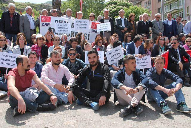 Amasya'da CHP'lilerden OHAL'e karşı oturma eylemi