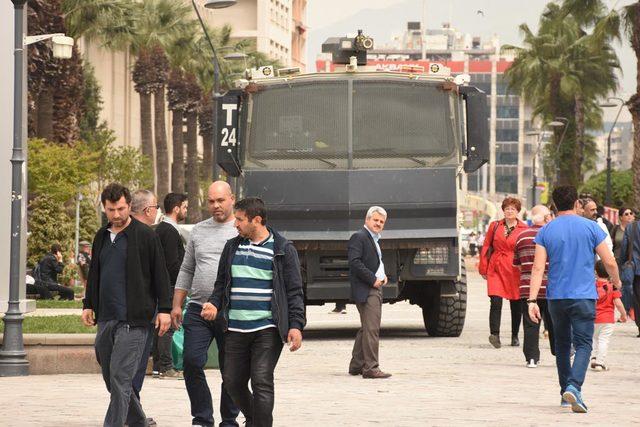 CHP'lilerden Konak Meydanı'nda OHAL eylemi