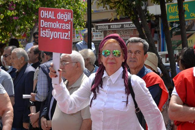 Mersin'de OHAL'e karşı oturma eylemi