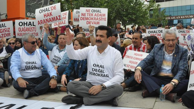 Denizli'de CHP'lilerden OHAL'e karşı oturma eylemi