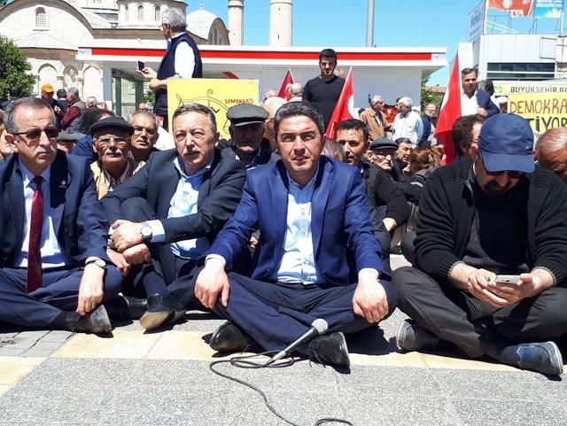 Malatya'da CHP'lilerden OHAL'e karşı oturma eylemi