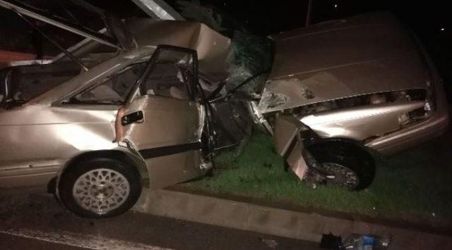 Otomobille aydınlatma direğine çarpan sürücü öldü