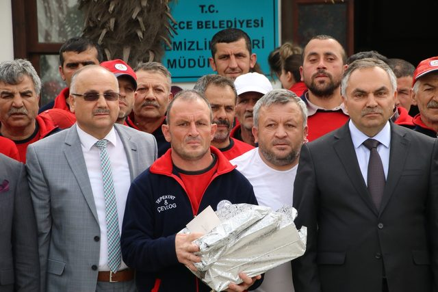 Para ve altın dolu çantayı polise teslim eden işçiye ödül