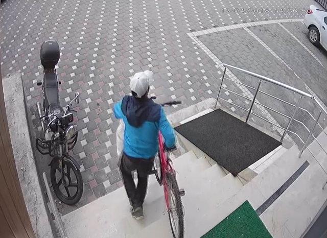 Ayakkabı ve bisiklet hırsızı kameradan yakalandı
