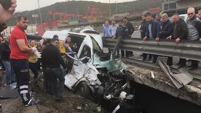 tir-ile-minibus-carpisti-vali-ve-kaymakamlarin-esleri-yaralandi-11258697
