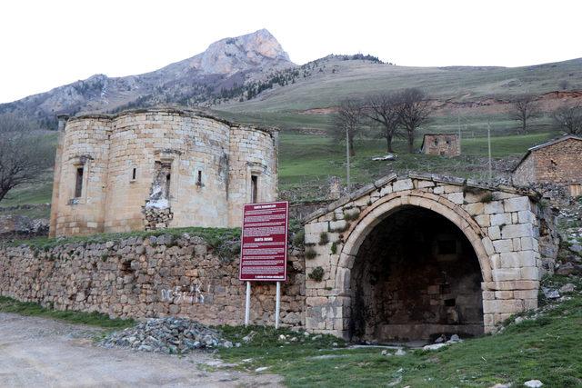Arkeolojik doğal sit alanı Santa Harabeleri'ne tuğla bina