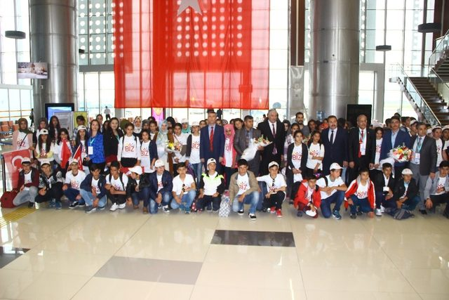 Adıyaman'dan 95 öğrenci havayolu ile Balıkesir'e geldi