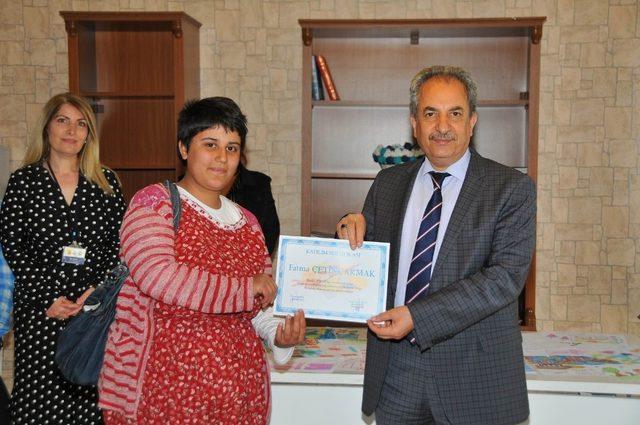 Engelli öğrencilerin sertifika sevinci