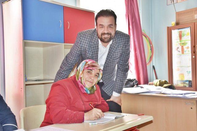 Tepebaşı Akademi Derneği'nden okuma yazma seferberliğine destek