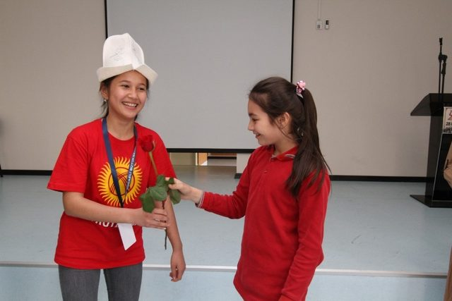 23 Nisan Festivali'ne gelen Kırgizistanlı çocuklar çiçeklerle karşılandı