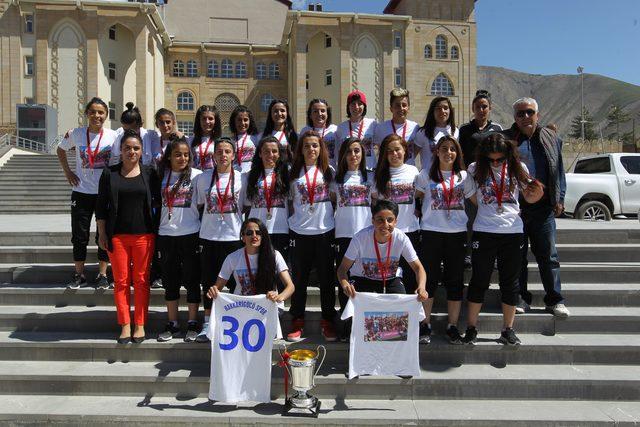 Hakkarigücü Kadın Futbol Takımının 1'inci Lig sevinci