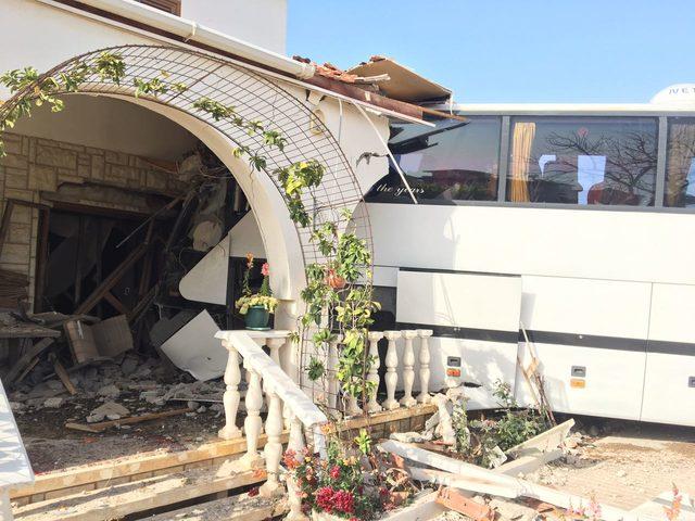 Yoldan çıkan otobüs eve çarptı