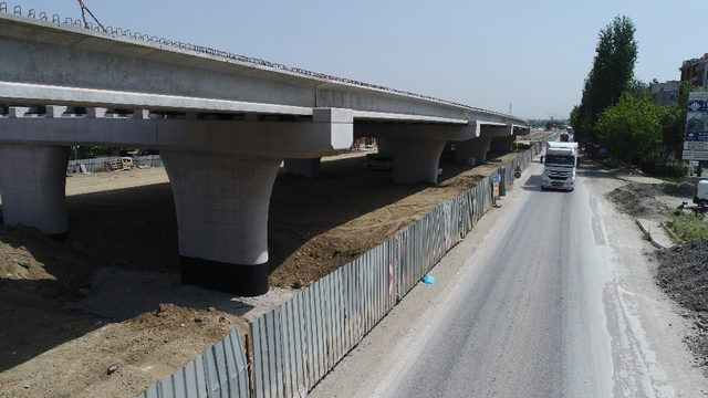 Köprülü kavşağın köprü kirişleri yerleştiriliyor