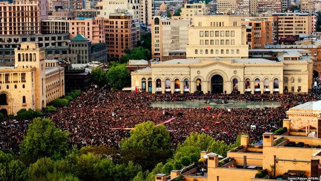 son-dakika-ermenistan-karisti-askerler-de-sokakta--11306047