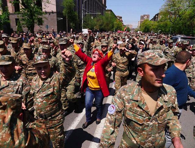 son-dakika-ermenistan-karisti-askerler-de-sokakta--11306042