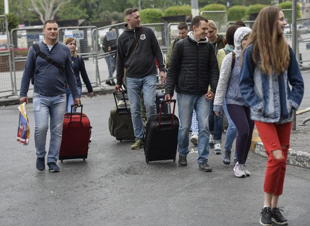 Turistler kazancı yokuşundaki otellerine valizleriyle yürüdüler