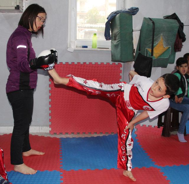 Kick boksçu çocuklar, aileleriyle antrenman yaptı