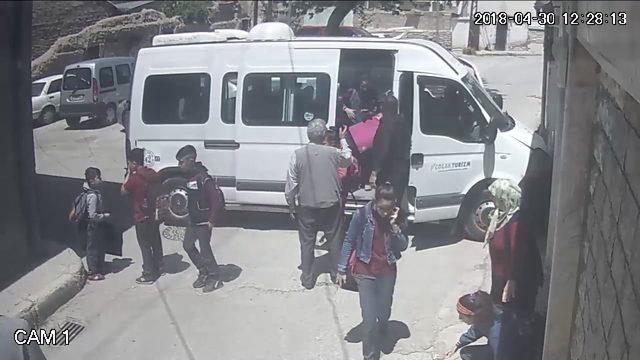 Sürücüsünün kalp krizi geçirdiği öğrenci servisinin duvara çarptığı kaza kamerada