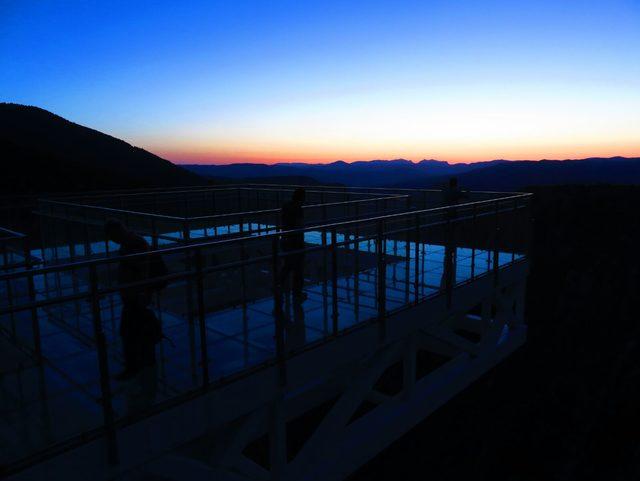 Gün batımını, Çatak Kanyonu'ndaki cam terastan izliyorlar
