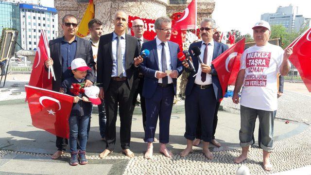 Sendikalar Taksim'de...(2) Çıplak ayakla anıta çelenk bıraktılar