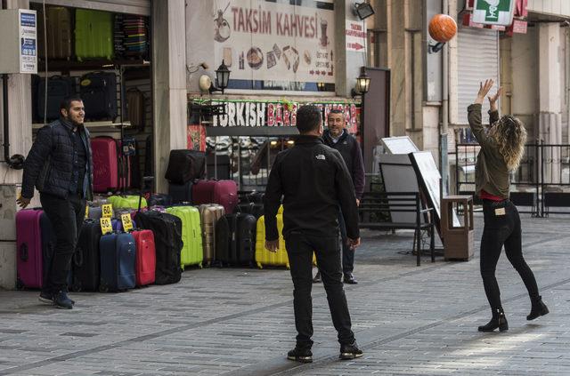 Taksim'de sokaklar boş kalınca esnaf voleybol oynadı