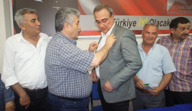 MHP'li Başkan Karaçoban İYİ Parti rozetini taktı