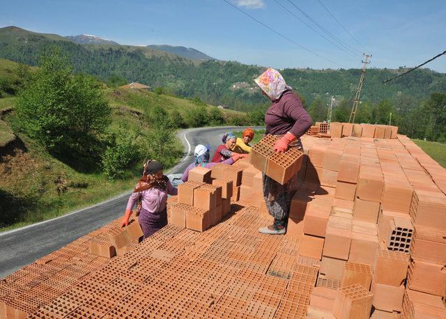 4 kadın, kamyonlardan tuğla boşaltarak ekmeklerini kazanıyor