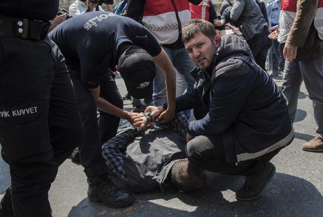(Ek bilgi ve fotoğraflarla) - Taksim Meydanı'na girmeye çalışan 4 kişi gözaltına alındı