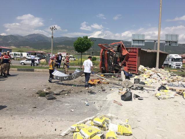 Çimento yüklü kamyon devrildi; sürücü öldü