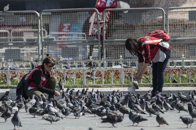 Polisler Taksim Meydanı'nda güvercinlerle vakit geçirdi