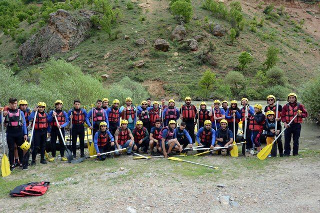 Kaymakam, işçilerle rafting ve piknik yaparak 1 Mayıs'ı kutladı