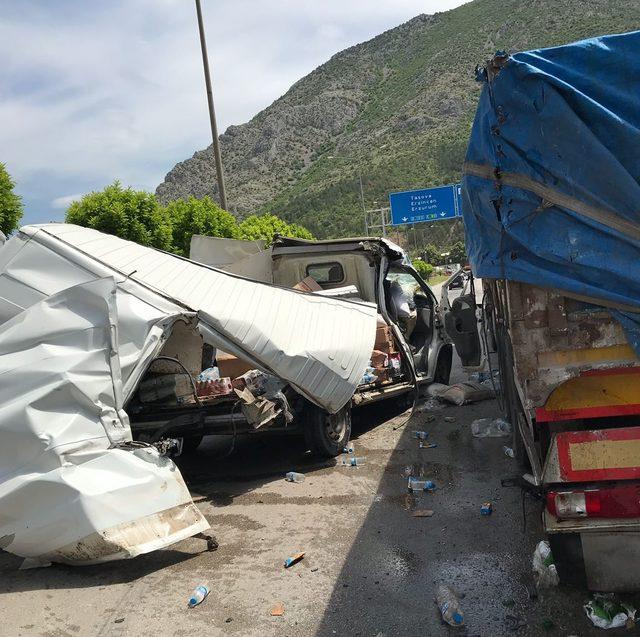TIR'a arkadan çarpan minibüs ikiye bölündü