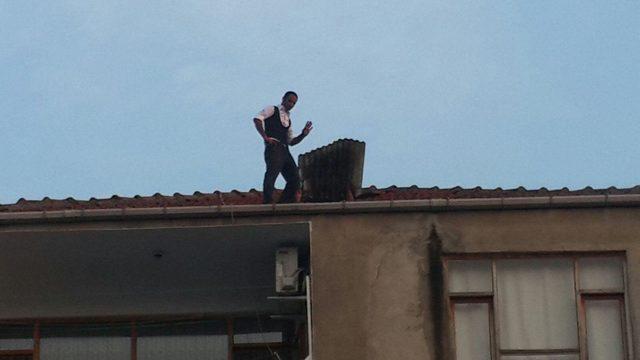 Eşiyle görüşemeyince çatıya çıktı