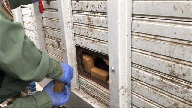 Van'da kamyonetin zulasından 61 kilo eroin çıktı