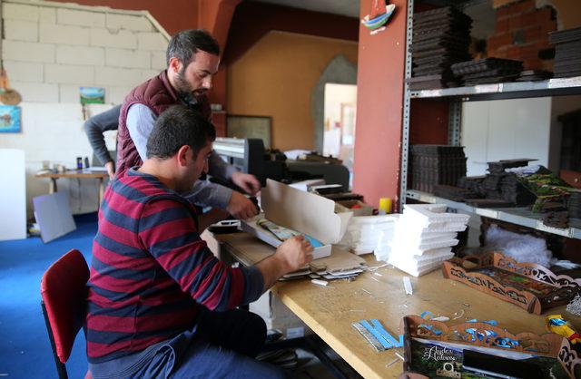 Köyündeki atölyede ürettiği saatleri, Fransa'ya ihraç ediyor