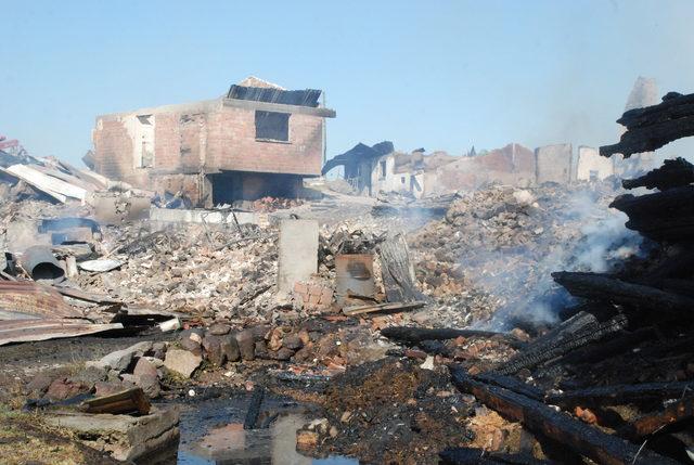 Köyde 7 ev ve 3 samanlık yandı; köylüleri imam kurtardı