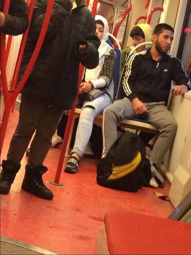 Tramvayda ayakkabısını çıkarıp, çorapla yolculuk yapan çocuğa verdi