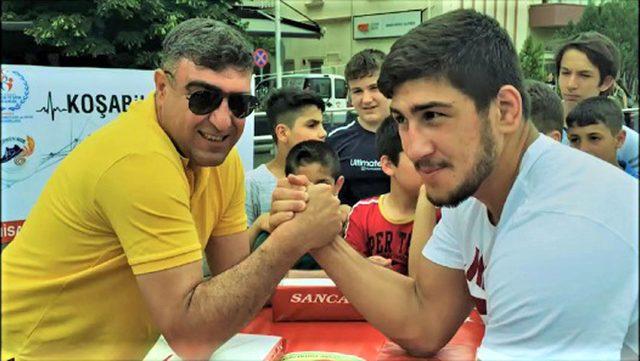 Avrupa şampiyonu judocu, bilek güreşinde babasına yenildi