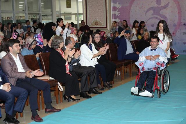 Engelli gençlerden 'engelsiz' defile