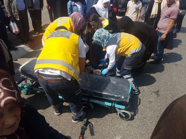 Otomobil, yayalara çarptı: 2 yaralı