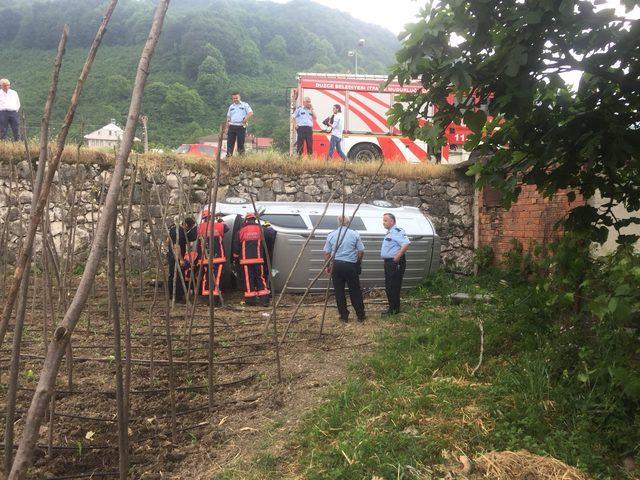 Sürücüsü kalp krizi geçiren araç bahçeye devrildi
