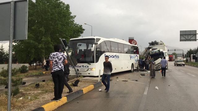 Isparta'da kamyonla yolcu otobüsü çarpıştı: 7 yaralı