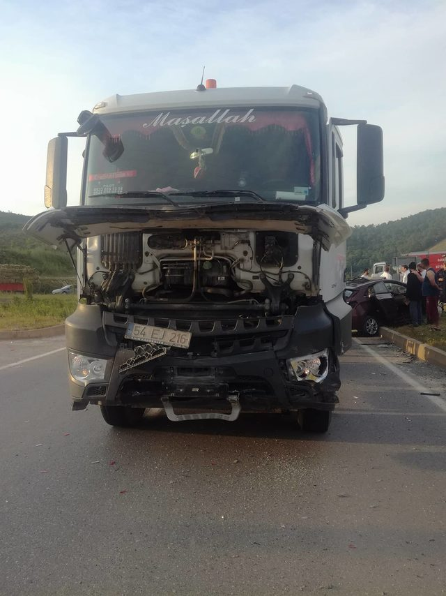 Hafriyat kamyonu otomobile çarptı: 1 ölü, 2 yaralı