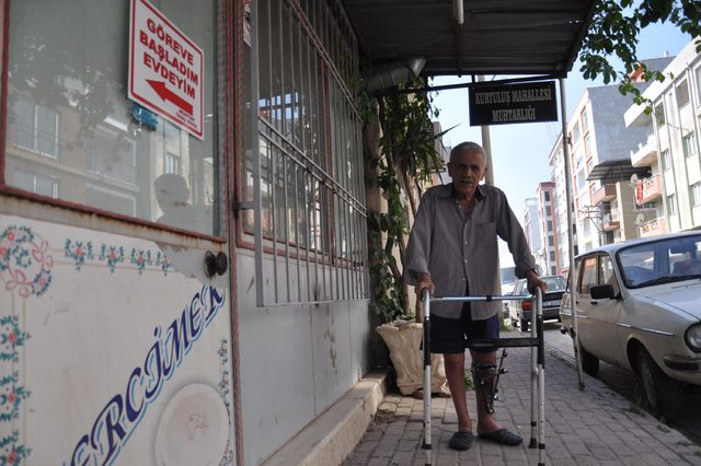 82 yaşındaki muhtar, kırık ayaklarına rağmen görev başında