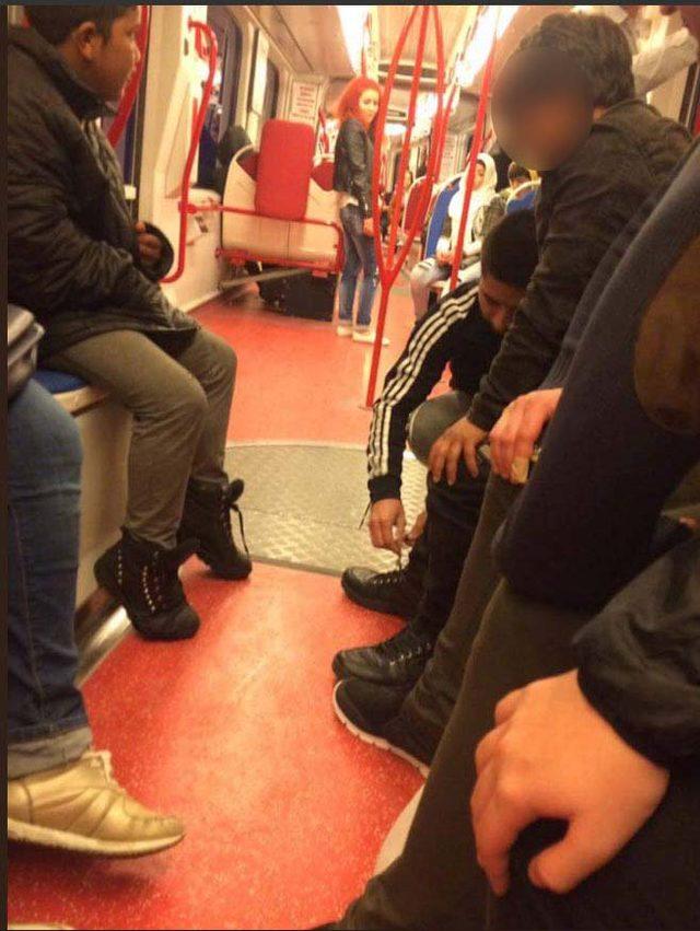 Tramvayda ayakkabısını çıkarıp, çocuğa veren gencin yeni görüntüleri